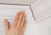 Как приклеить потолочный плинтус