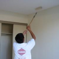 чем наносить грунтовку на потолок