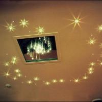 натяжные потолки точечные светильники фото