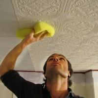 Какими обоями лучше клеить потолок