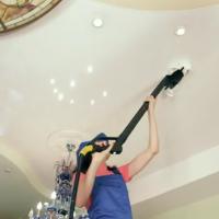 как помыть натяжной потолок видео