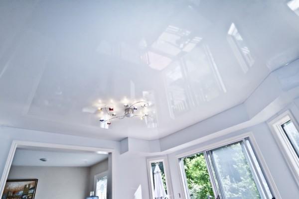 глянцевый натяжной потолок фото белый